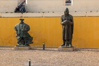Dat ukkie links is Vasco da Gama. Rechts staat Alfonso Henriques, de eerste koning van Portugal.