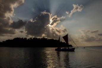 De sunset cruise passeert terwijl wij nog een Tusker bestellen.