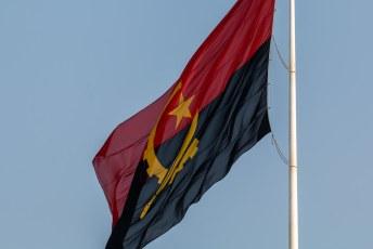 Angola was ooit communistisch. Dat is nog steeds te zien aan de vlag die een soort hamer en sikkel symbool heeft.
