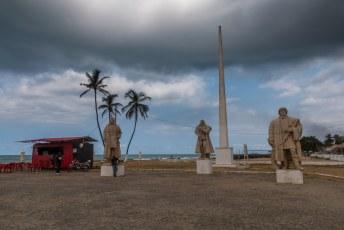 Aan het eind van mijn walking tour kwam ik bij het fort met de standbeelden van João de Santarém, Pêro Escobar en João de Paiva. De ontdekkers van de eilanden dus,  en een hamburgertent.