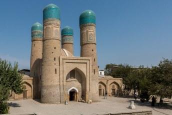 Snel landden we voor een foto, want de Chor Minar (4 minaretten) staat op de cover van de Lonely Planet die we al maanden met ons meedroegen.
