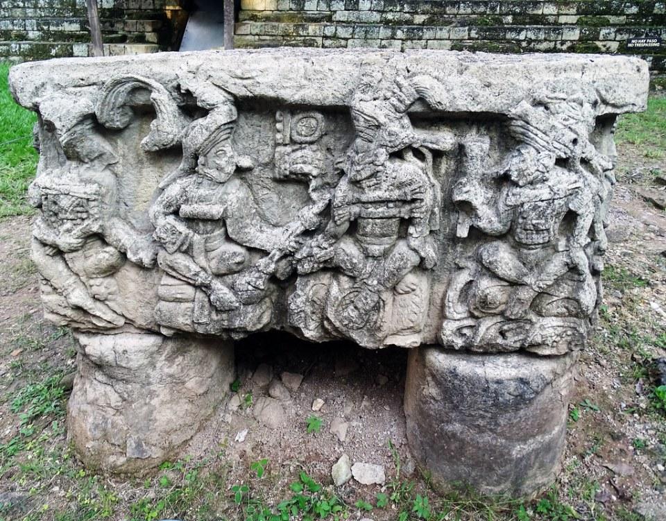 Plaza Occidental Altar Q relieves de piedra 16 reyes mayas sitio arqueologico Maya de Copan Honduras 04