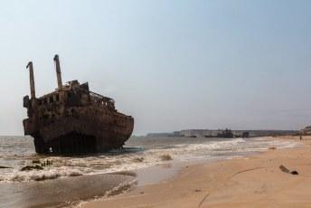 Ik was een tijdje in de hoofdstad Luanda, en een populaire dagtrip vanuit daar is dit strand met gestrande schepen.