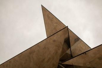 Het museum is ondergronds, de op een metroingang lijkende trap wordt overdekt met dit dak.,