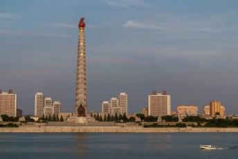 De Juche toren, ter ere van het Juche idee van Kim Il-Sung. Dit idee komt er op neer dat het land volledig zelfvoorzienend moet zijn.