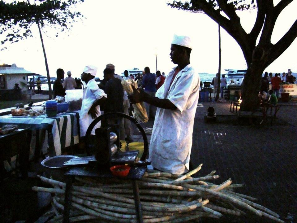 Stone Town extraccion con rodillos caña de azucar Zanzibar 02