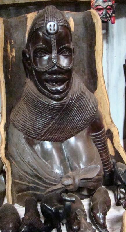 escultura de madera de hombre Kenia expresiones artisticas y culturales en madera 01