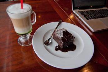 Chai Latte mit Brownie