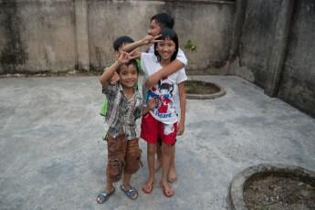 Mädel mit drei Jungs