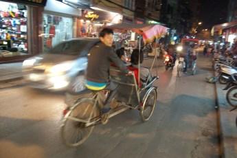 Cyclo-Fahrerbei Nacht