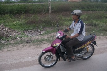 Mann auf rotem Scooter