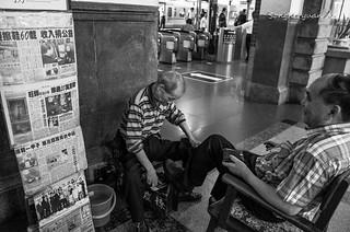 65年資歷的擦鞋匠 | 現年76歲的 黃藤旺 師傅,從12歲起(1949年)為了家計, 就在臺中火車站幫人擦鞋,至今已逾… | Flickr
