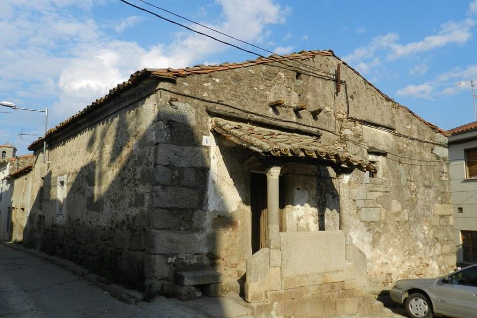Casa antigua de piedra con porche Hinojosa de Duero Salamanca 05