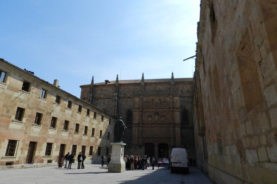 estatua de Fray Luis de Leon en Patio de Escuelas Universidad de Salamanca 04