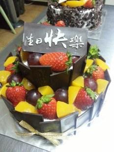 Fresh fruit cake with vanilla sponge
