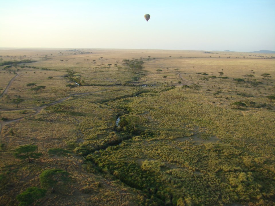 globo en el aire amanecer viaje en globo por el Serengueti Tanzania 09