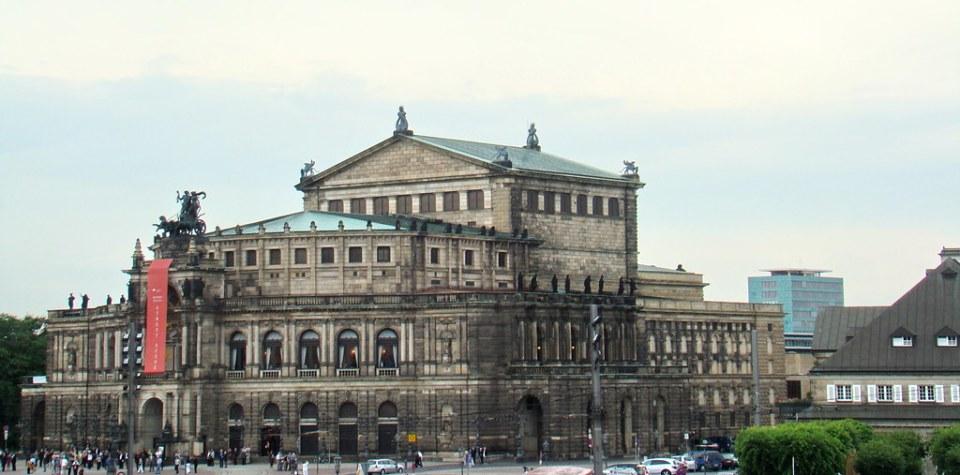 edificio exterior Teatro de la Opera Semperoper en plaza Theatreplatz Dresden Alemania 01