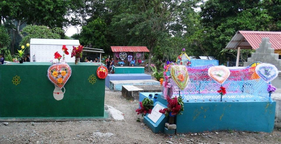 tumbas de colores del Cementerio de Macanche Guatemala 01