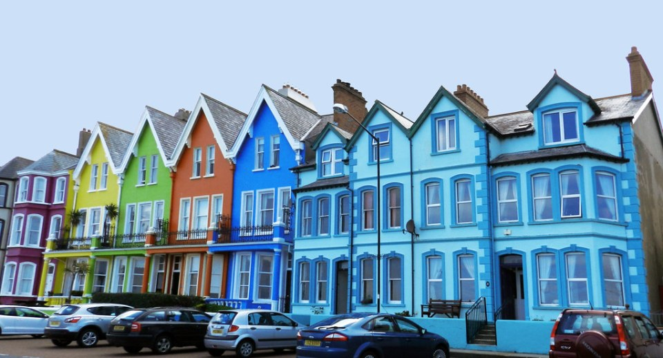 edificios o casas de colores de Whitehead Irlanda del Norte 04