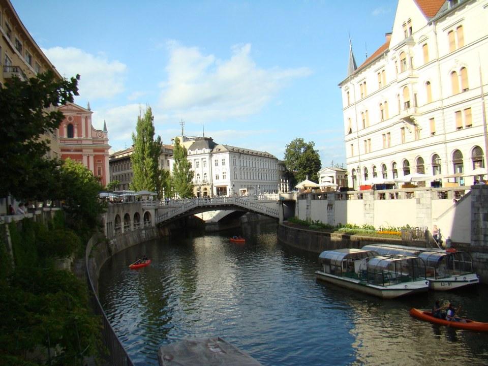 Puente Triple Iglesia Franciscana de la Anunciación crucero fluvial por rio Ljubljanica Liubliana Eslovenia 55