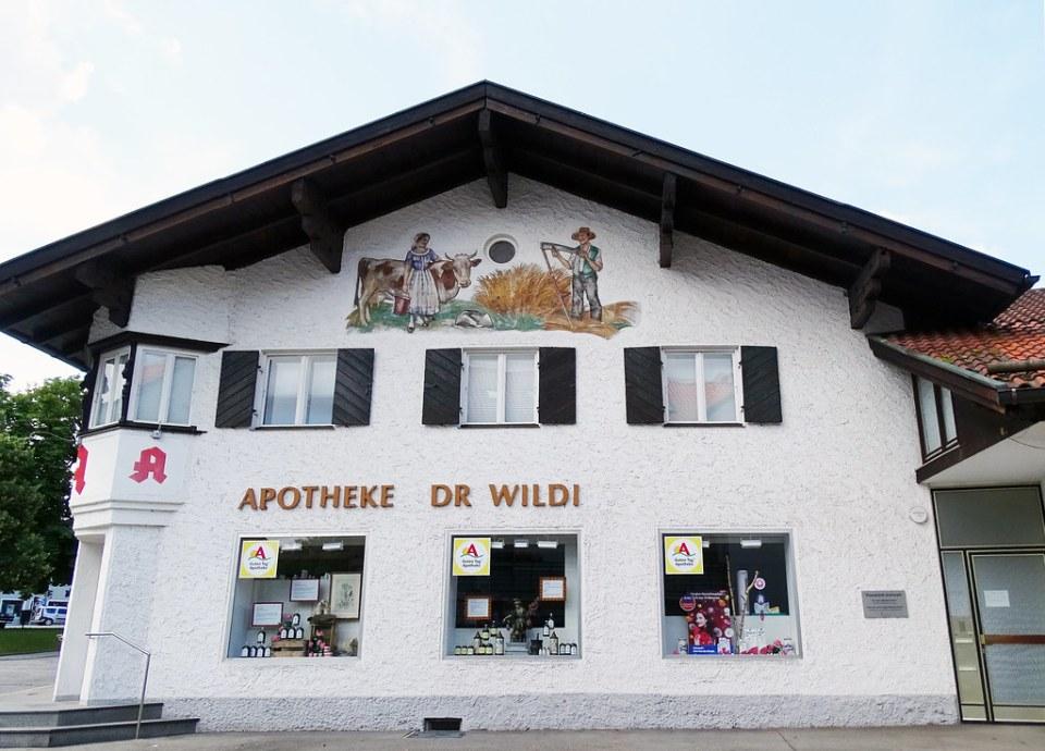 pintura mural en fachada de casa Apotheke Farmacia en Grünwald Baviera Alemania 02
