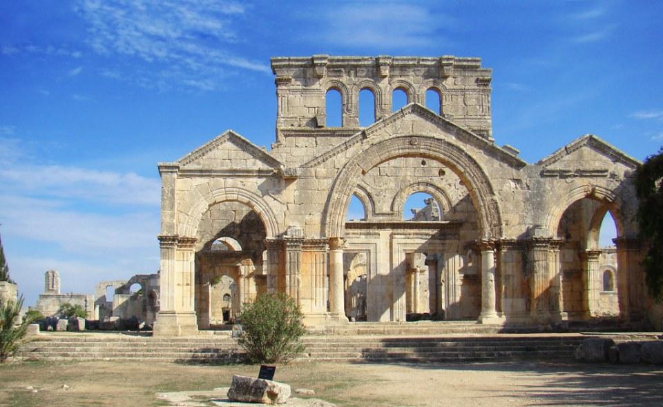 fachada exterior sur de iglesia en Monasterio de San Simeon Siria 08