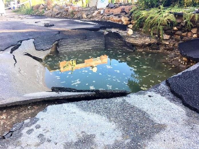 Mahmutlar'da patlayan su borusu yolu çökertti