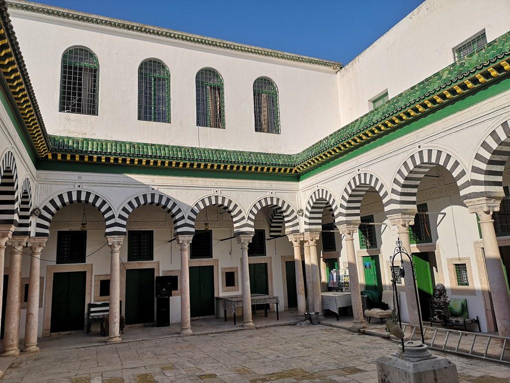 patio Madrasa Slimania o Slimaniyya Medina de Tunez 01