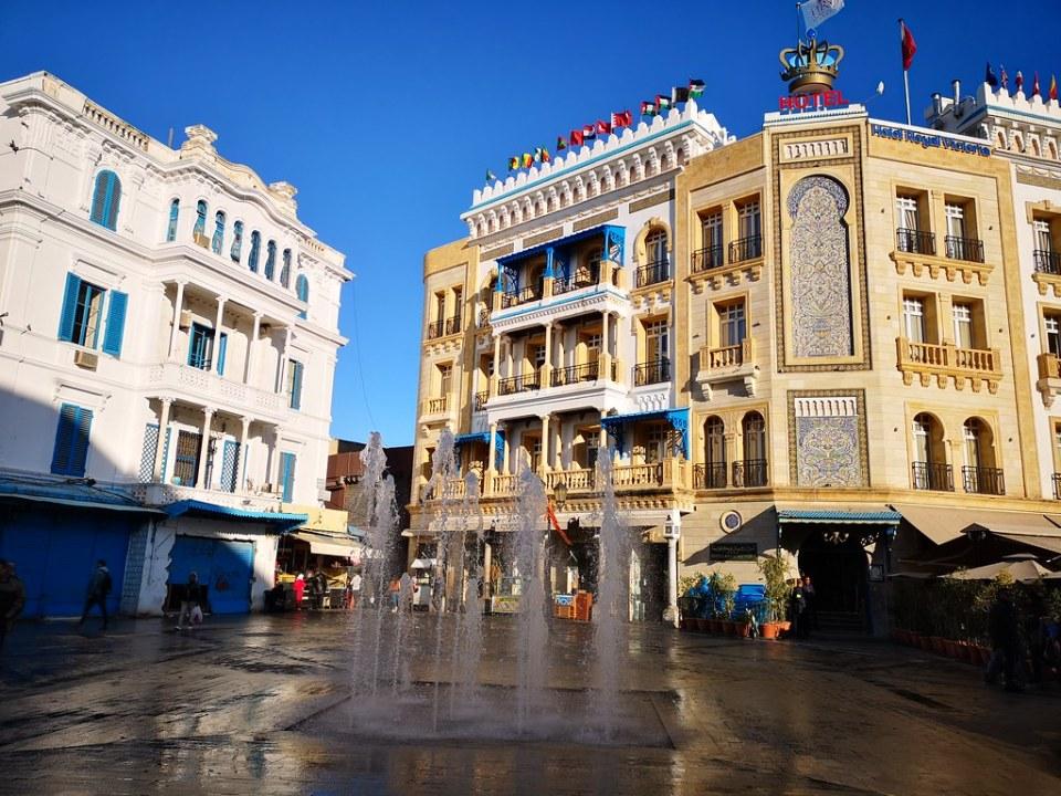 fuente y hotel en Plaza de la Victotia Tunez