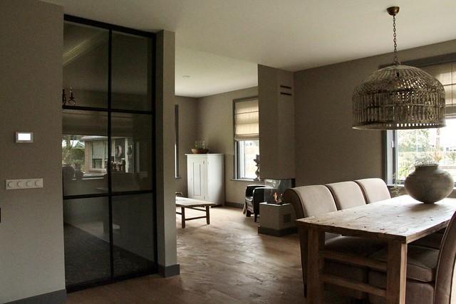 Zwarte stalen deuren landelijke woonkamer