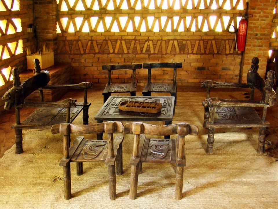muebles mesa y sillas de madera tallada Mopti Mali expresiones culturales rituales folkloricas 05