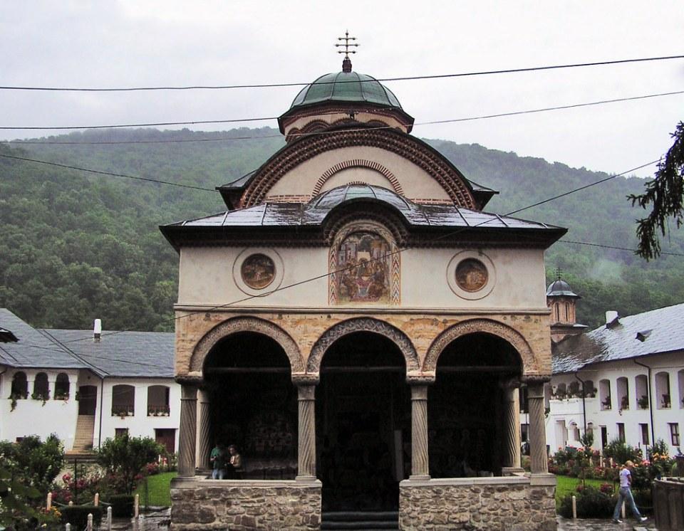 exterior iglesia de la Santa Trinidad del Monasterio de Cozia Moldavia Rumania  02
