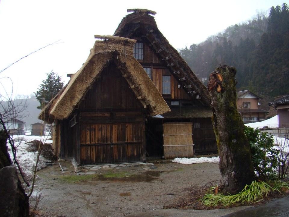 casa con nieve aldea Shirakawa-go Japon 09