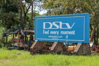 In plaats van reclameposters te plakken worden de billboards in Malawi keurig geschilderd.