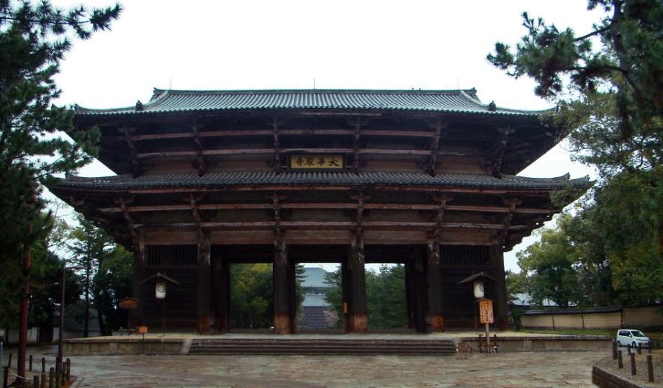 lado exterior de madera de Puerta Nandaimon puerta sur Templo Todai-ji Nara Japon 02