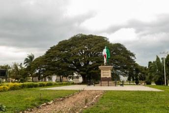 Het in de vlag ingepakte beeld van Lowie Rwagasore, kroonprins en vrijheidsstrijder. Hij werd (door de Belgen?) vermoordt vlak voordat Burundi onafhankelijk werd.