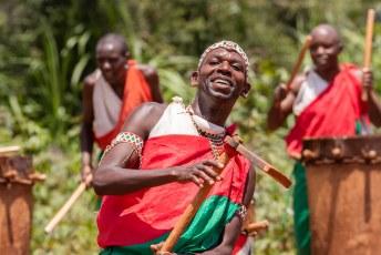 ....de bijbehorende dansen beelden het dagelijks leven uit zoals hier het bewerken van het land....