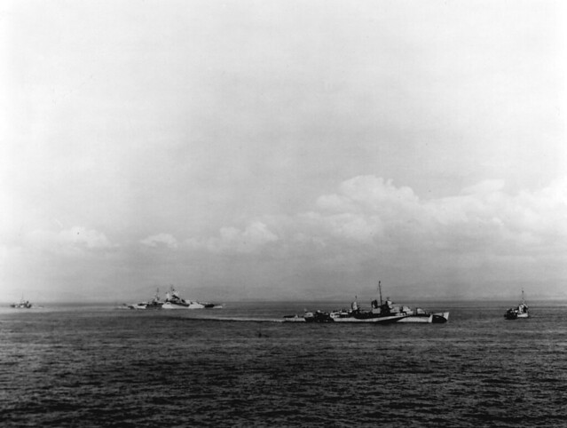 2548px-USS_Walke_(DD-723)_and_USS_Mississippi_(BB-41)_in_Lingayen_Gulf_on_9_January_1945_(80-G-K-2516)