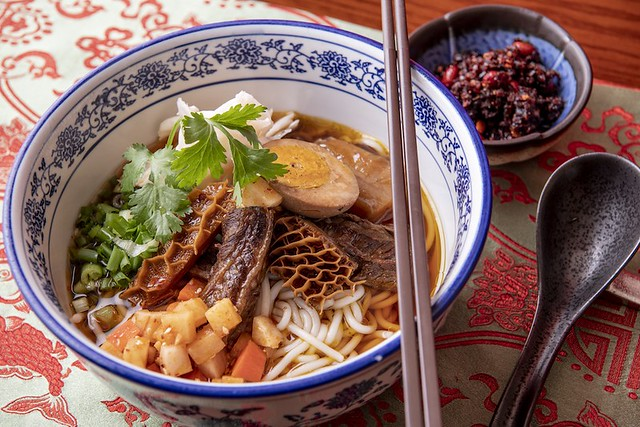 Rice noodle soup with braised beef, tripe and pickled vegetable 花溪牛肉粉