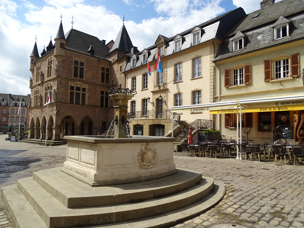 fuente y Ayuntamiento Hotel de Ville plaza del Mercado Echternach Luxemburgo