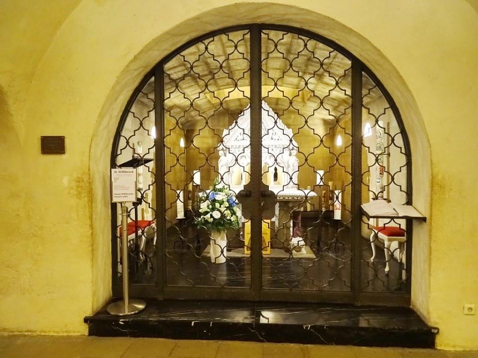 Sepulcro de St. Willibrord Cripta Abadia San Willibrord Basilica menor Echternach Luxemburgo 01