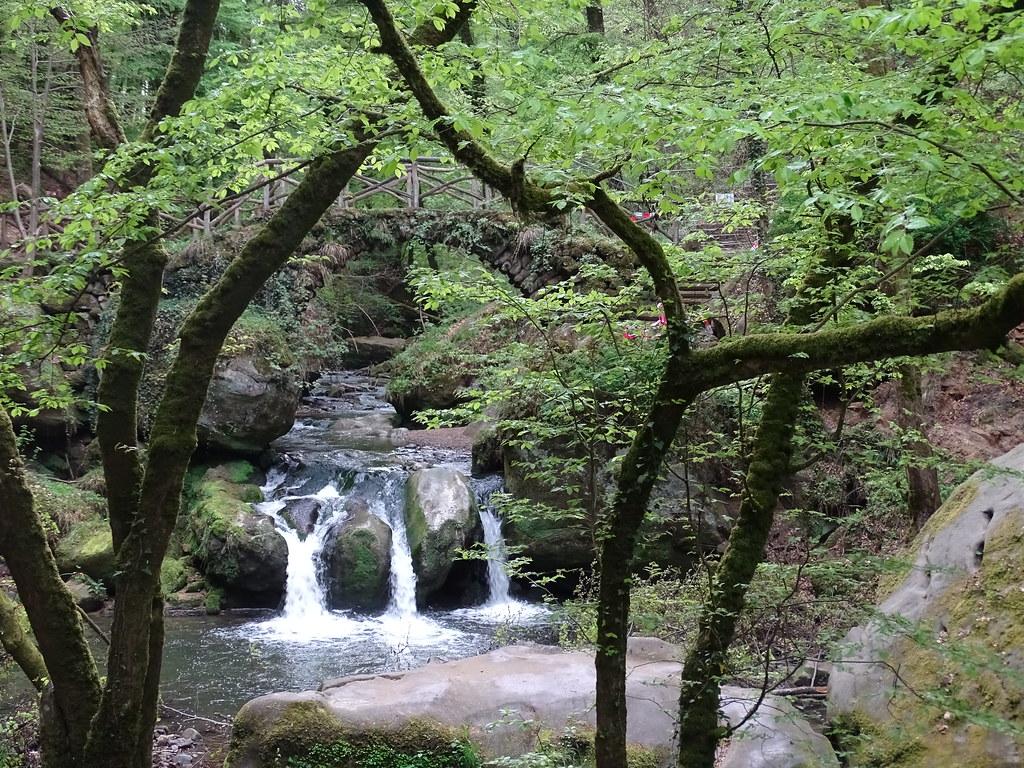 rio cascada sendero de los Molineros Geopark Mellerdall o Mullerthal Luxemburgo 08