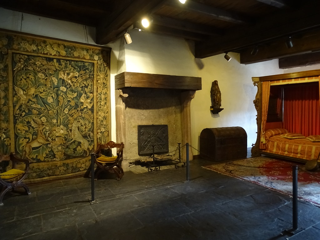 cama chimenea y tapiz dormitorio interior Castillo de Vianden Luxemburgo