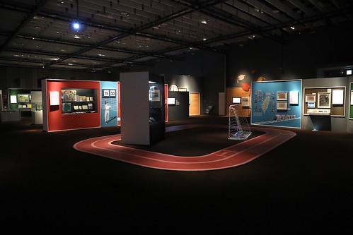 「上學去:臺灣近代教育特展」展廳裡鐘聲響起、兩跑道操場