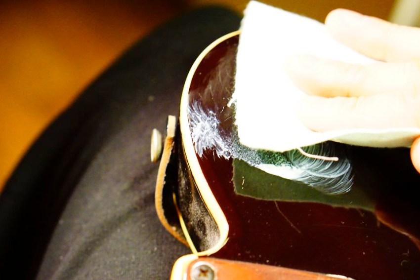 スクラッチリムーバーでギターを磨いているところ