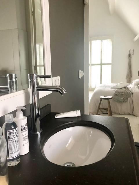 Landelijke badkamer aan de slaapkamer