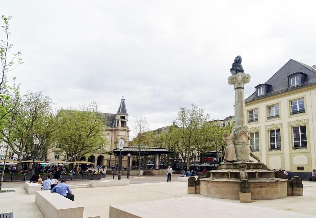 Monumento a los poetas Dicks y Lentz Plaza de Armas Ciudad Alta ciudad de Luxemburgo 01