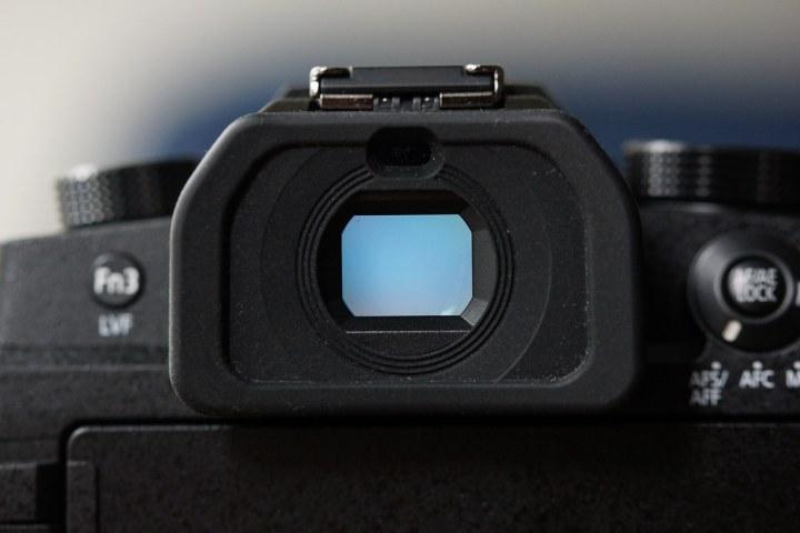 100% 視野率的 236萬畫素 OLED,雖然觀景窗沒有做到 S1 那麼細膩的細節,但也相當足夠使用了,遮目罩部份設計的一體成型,有非常舒適的體驗