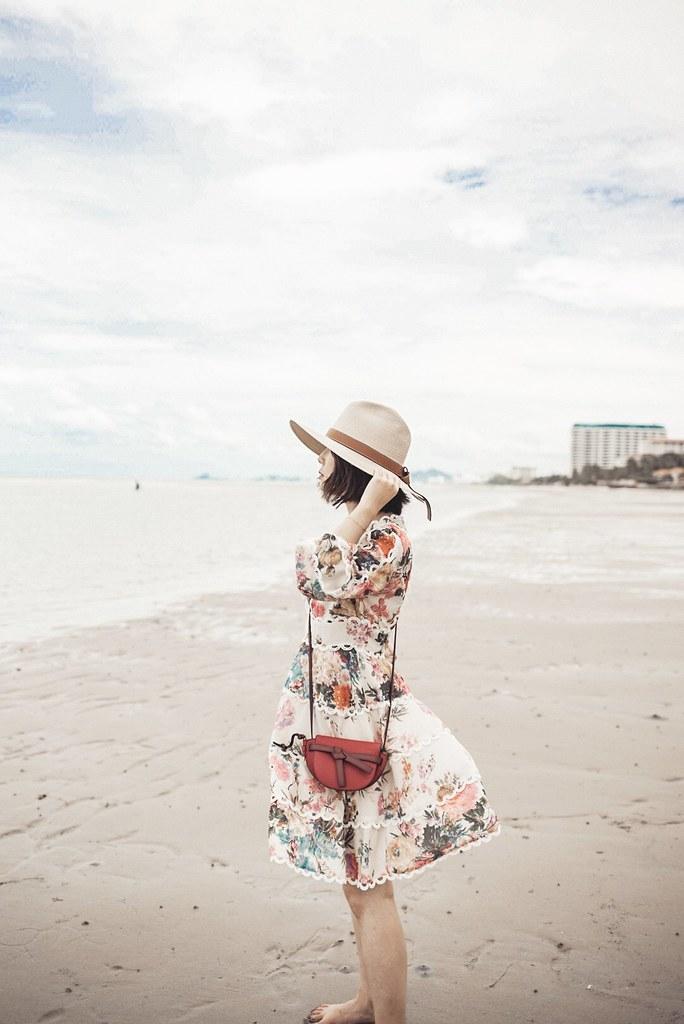 ▌Outfit ▌華欣Devasom的海灘:Chicwish花洋裝 + Loewe Gate mini(小廢包俱樂部又一新成員)