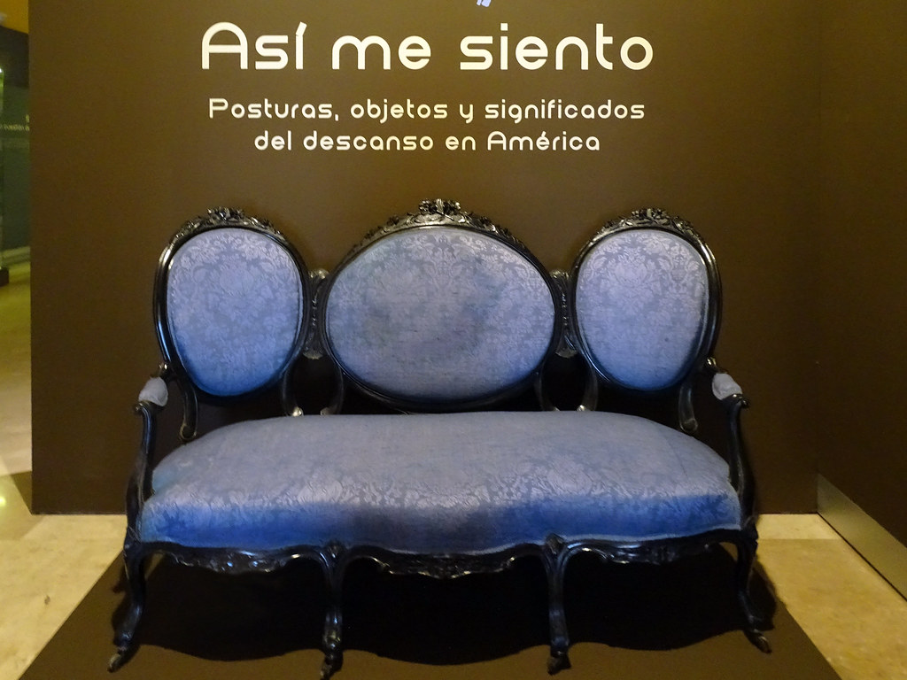 Sofa madera de Jaracanda tapizado en seda s. XIX Argentina Museo de America Madrid
